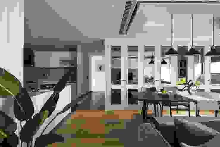 序.境 經典風格的走廊,走廊和樓梯 根據 築川設計 古典風