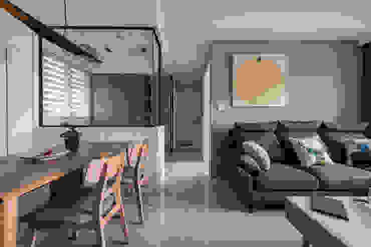 Pasillos, vestíbulos y escaleras escandinavos de 築川設計 Escandinavo