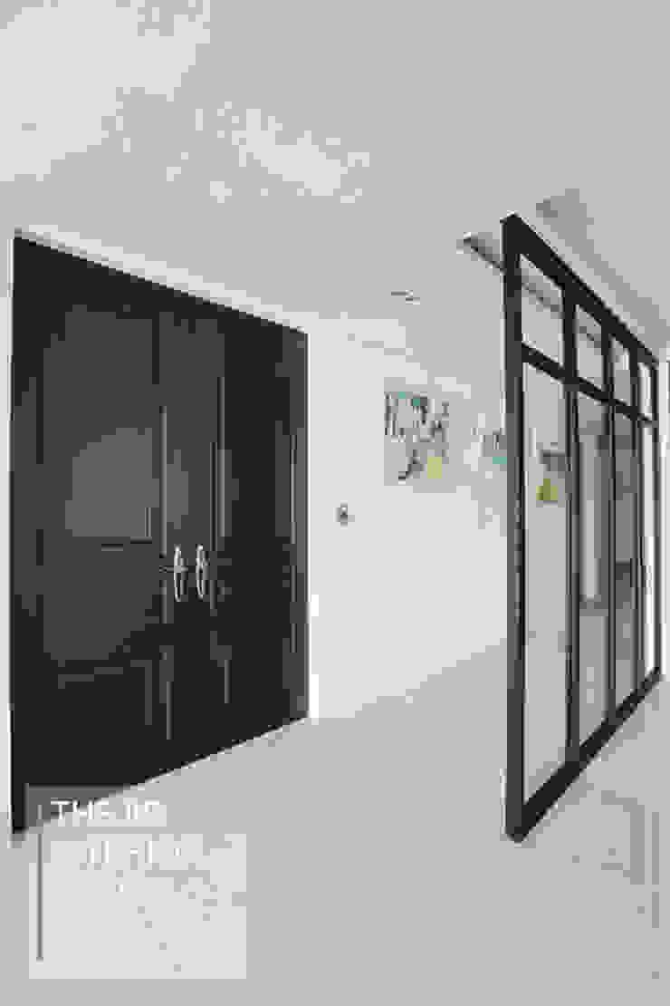 다크한 블루 컬러가 돋보이는 동부센트레빌 53평 아파트 인테리어 클래식스타일 거실 by 더집디자인 (THEJIB DESIGN) 클래식