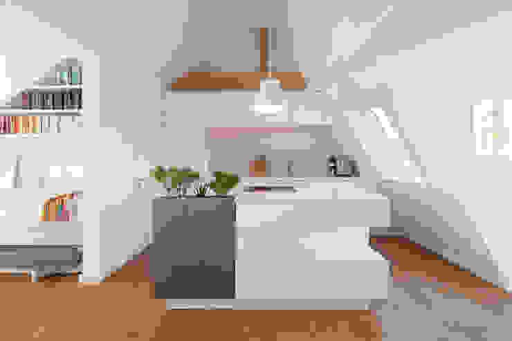 Küche in Mineralstein und Lack 3form GmbH Tischlerei, Raum-/ Objektdesign Moderne Küchen