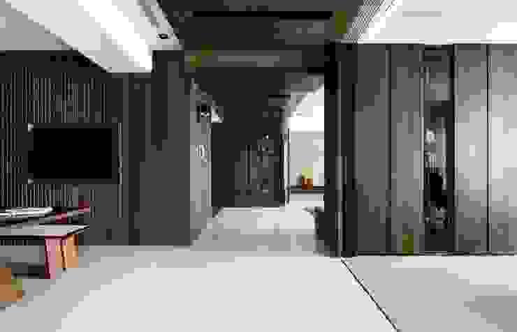 質 ‧ 域 現代風玄關、走廊與階梯 根據 築川設計 現代風