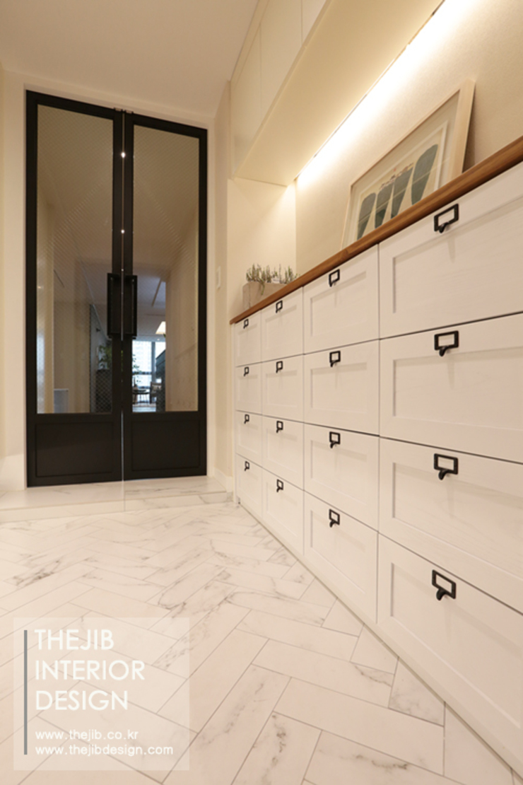 Modern corridor, hallway & stairs by 더집디자인 (THEJIB DESIGN) Modern