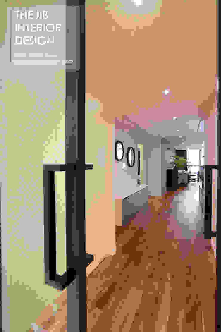 Modern Corridor, Hallway and Staircase by 더집디자인 (THEJIB DESIGN) Modern