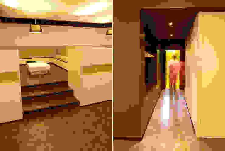 Gardarobe und erhöhter Sitzbereich:  Wohnzimmer von WSM ARCHITEKTEN,