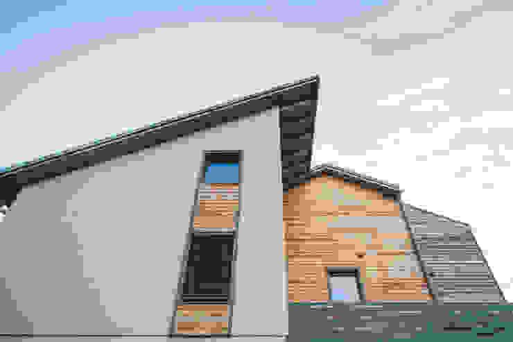 HAPPY AND AT EASE Studio Prospettiva Pareti & Pavimenti in stile moderno