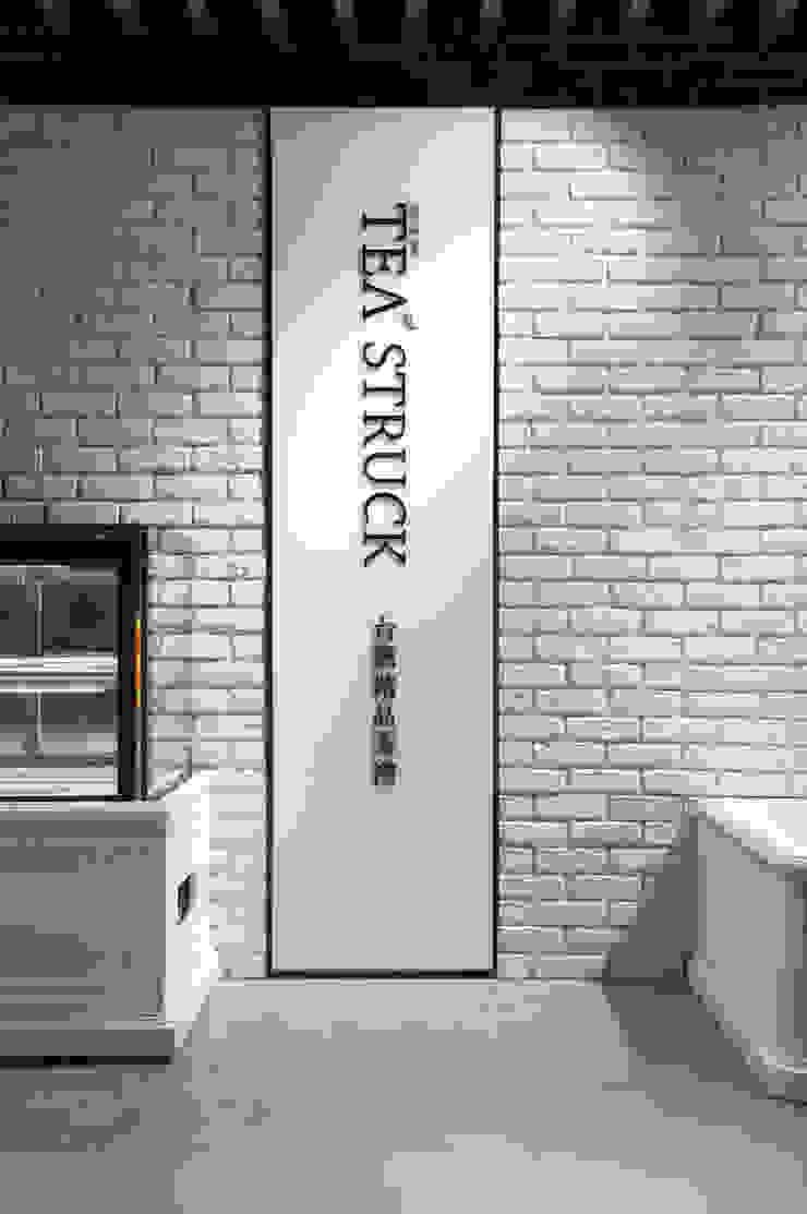 SECONDstudio Dinding & Lantai Modern White