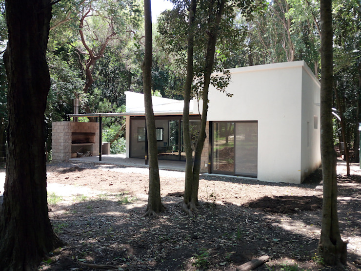 Vivienda unifamiliar de retiro, ubicada en el predio de El Molino de la ciudad de Victoria. de Marcelo Manzán Arquitecto Moderno