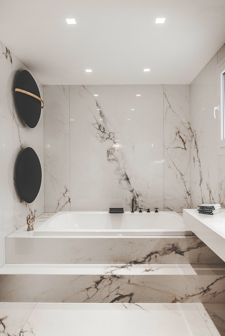 main bathroom marble calacatta gold total look Eclectic style bathroom by MODO Architettura Eclectic