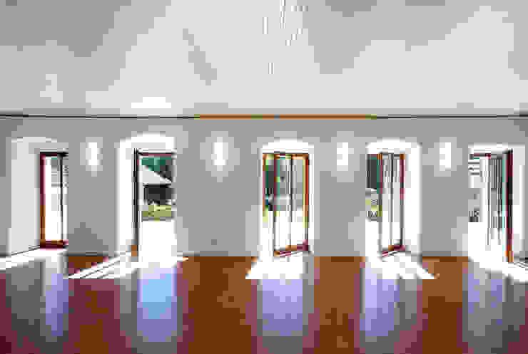 Gemeindebibliothek, Gemeindearchiv und Trauungssaal im alten Pfarrhaus in Pöcking Moderne Fenster & Türen von WSM ARCHITEKTEN Modern