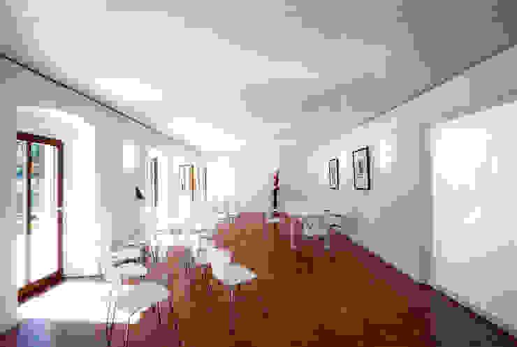 Gemeindebibliothek, Gemeindearchiv und Trauungssaal im alten Pfarrhaus in Pöcking Moderne Wohnzimmer von WSM ARCHITEKTEN Modern