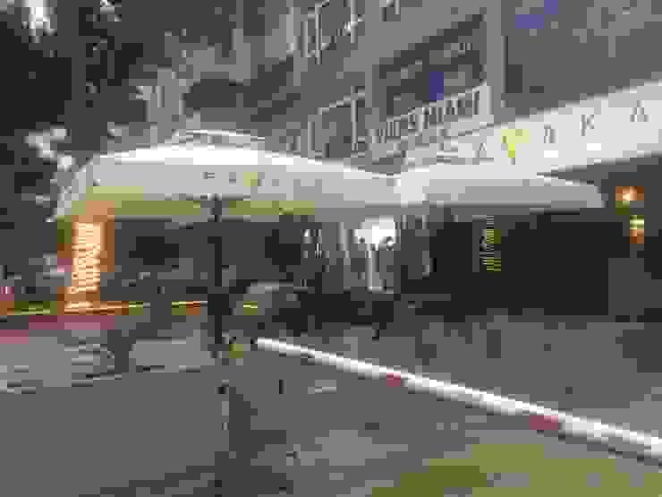 Akaydın şemsiye Balcones y terrazas de estilo moderno Aluminio/Cinc Blanco