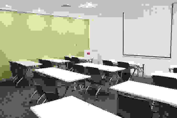 Sala de capacitaciones de Soluciones Técnicas y de Arquitectura Moderno