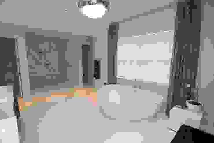 Custom Colonial, Greenwich, CT by DeMotte Architects Colonial style bathroom by DeMotte Architects, P.C. Colonial