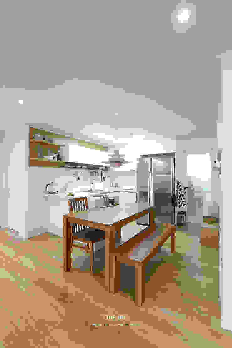 송파구 장지동 파인타운 33평 아파트 인테리어 스칸디나비아 다이닝 룸 by 더집디자인 (THEJIB DESIGN) 북유럽
