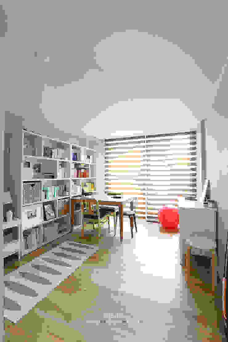 송파구 장지동 파인타운 33평 아파트 인테리어 스칸디나비아 서재 / 사무실 by 더집디자인 (THEJIB DESIGN) 북유럽