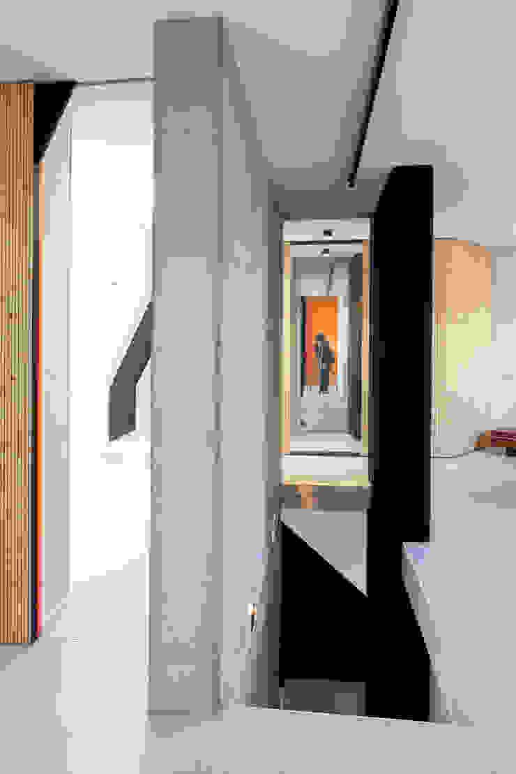 Minimalist corridor, hallway & stairs by Bachmann Badie Architekten Minimalist Wood Wood effect
