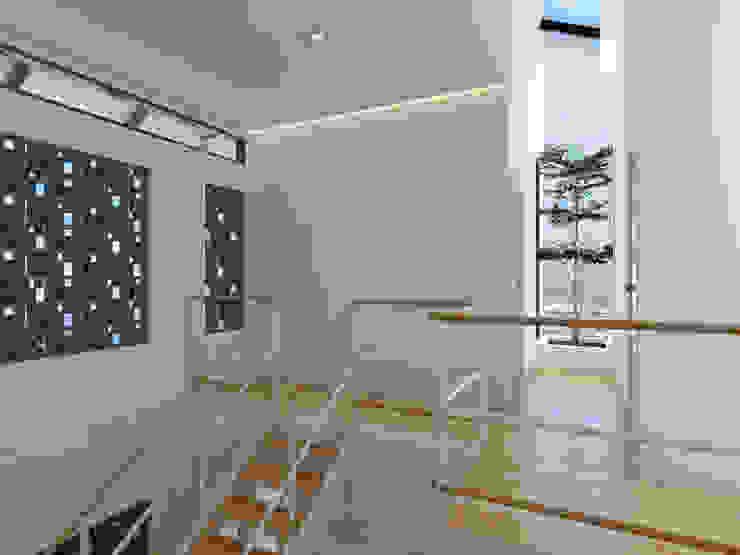 トロピカルスタイルの 玄関&廊下&階段 の Abil Architect トロピカル 無垢材 多色