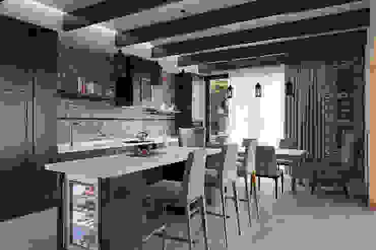 Кухня-столовая. Дом в стиле прерий. ARCH IG Встроенные кухни Дерево Коричневый