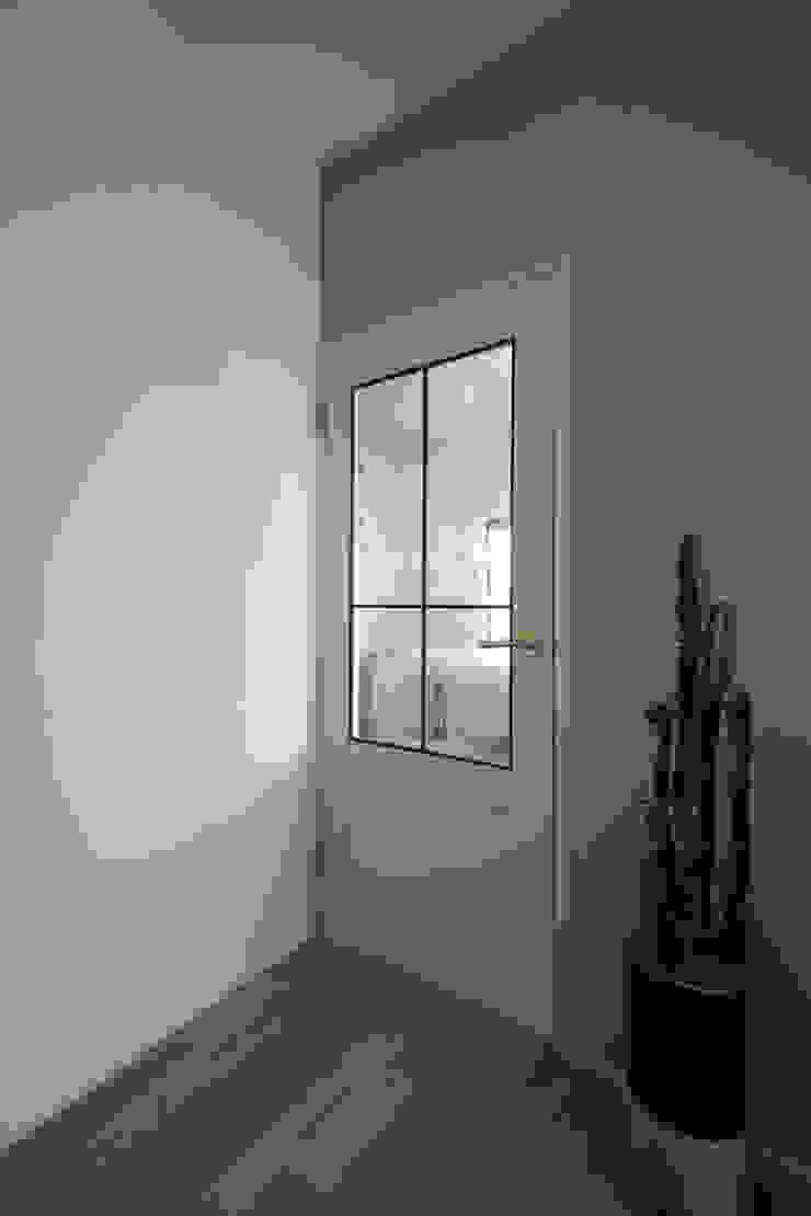 ห้องโถงทางเดินและบันไดสมัยใหม่ โดย ALTS DESIGN OFFICE โมเดิร์น