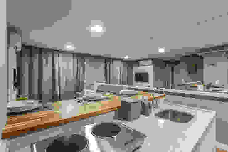 Apartamento por Samantha Sato Designer de Interiores Moderno Granito