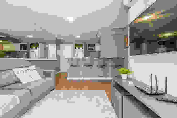 Apartamento por Samantha Sato Designer de Interiores Moderno Madeira Efeito de madeira