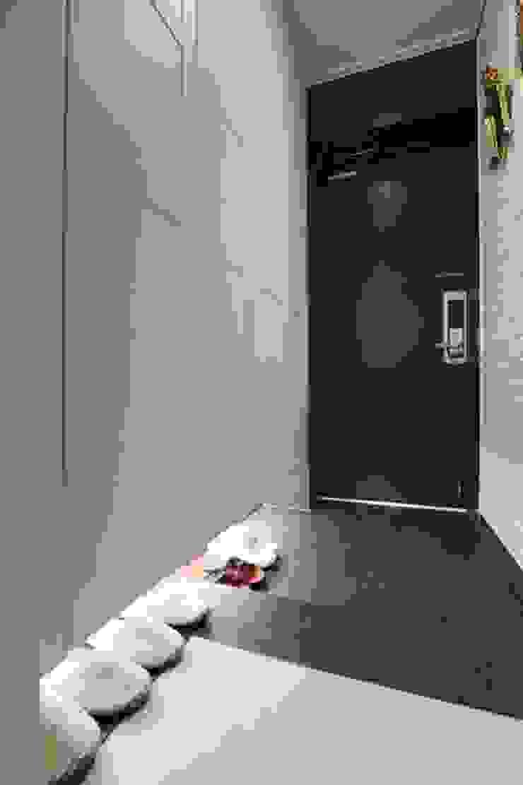 공간구성 알차게 꾸민 작은집인테리어_월계동 삼호아파트 모던스타일 복도, 현관 & 계단 by 더집디자인 (THEJIB DESIGN) 모던