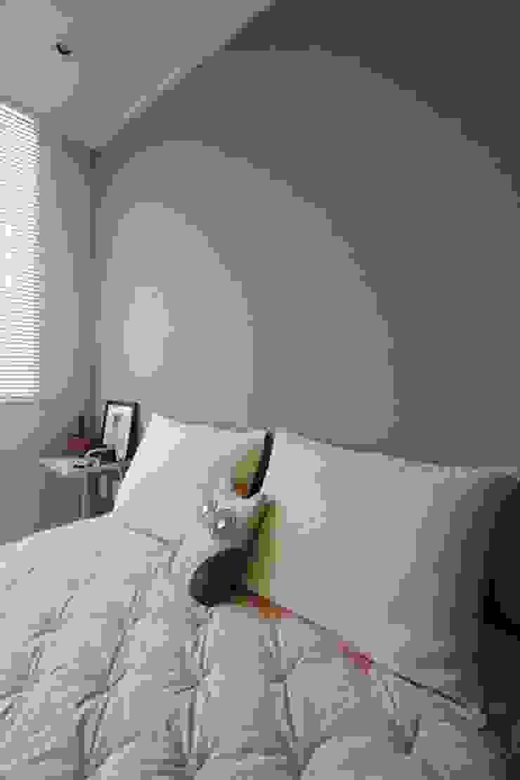 공간구성 알차게 꾸민 작은집인테리어_월계동 삼호아파트 모던스타일 침실 by 더집디자인 (THEJIB DESIGN) 모던