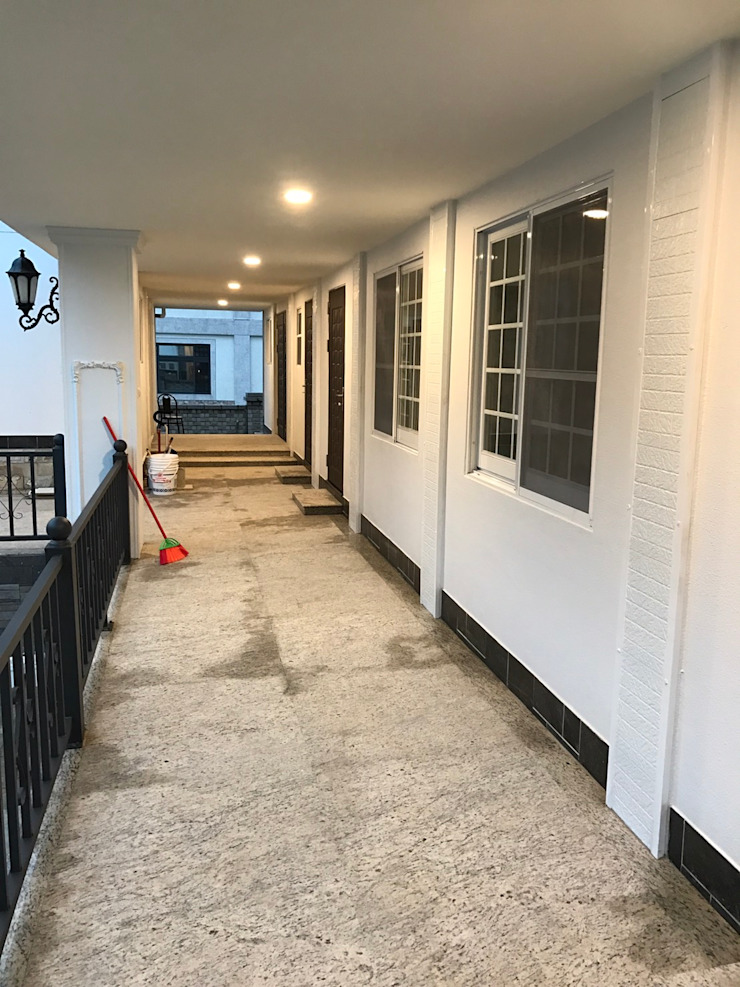 Scandinavian style corridor, hallway& stairs by 築地岩移動宅 Scandinavian