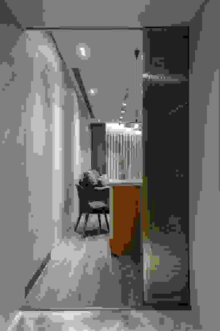 entrance toward living area 湜湜空間設計 門 金屬 Grey