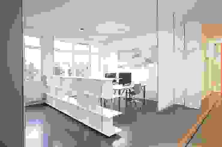 de OXIT GmbH - Innenarchitekten in Stuttgart Moderno Concreto