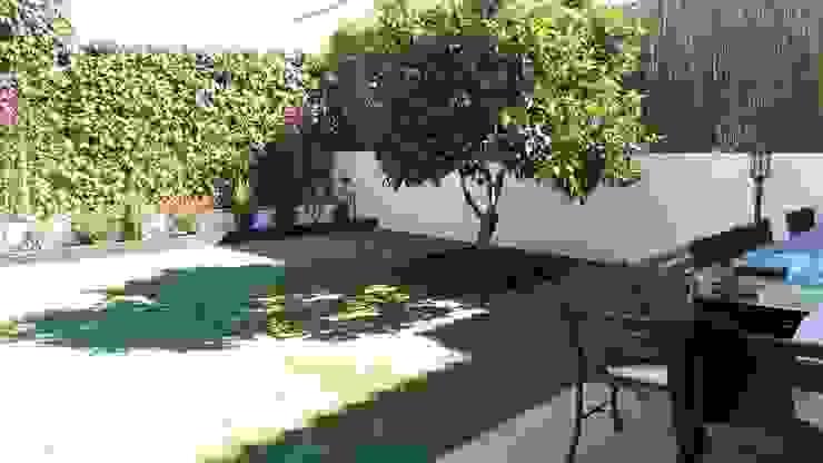 Antes y después de poner césped artificial: Jardines de estilo  de Albergrass césped tecnológico, Mediterráneo