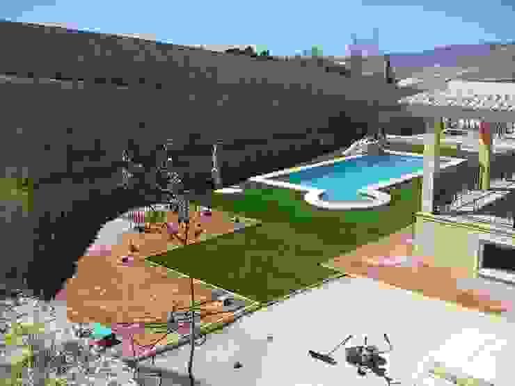 Jardines de estilo  por Albergrass césped tecnológico, Mediterráneo