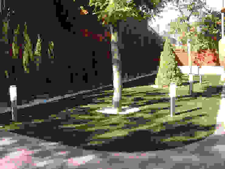 Antes y después de poner césped artificial en diferentes jardines. de Albergrass césped tecnológico Mediterráneo