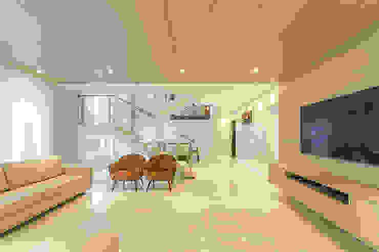 Sala de Estar Estúdio38 Arquitetura Salas de estar modernas Cerâmica Branco