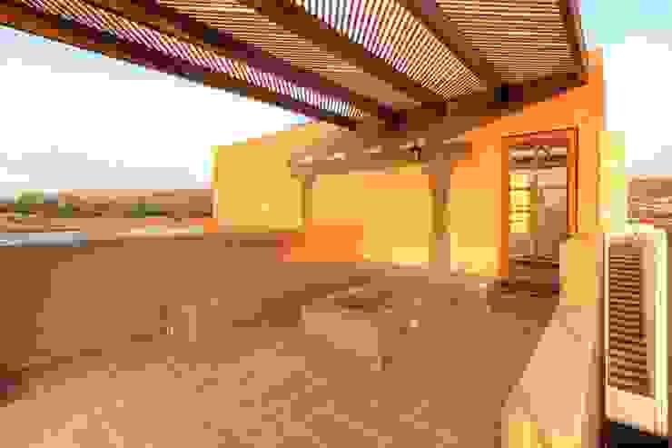 Minimalist balcony, veranda & terrace by VillaSi Construcciones Minimalist