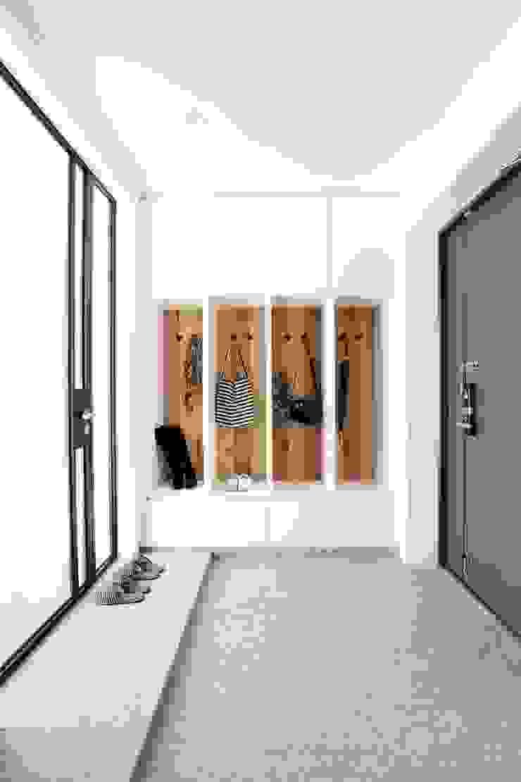 단순한 것이 아름답다_판교힐스테이트인테리어 모던스타일 복도, 현관 & 계단 by 더집디자인 (THEJIB DESIGN) 모던