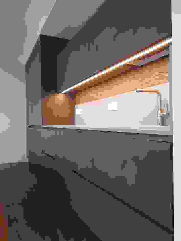 Pensili cucina e illuminazione di ARREDAMENTI PIVA Moderno