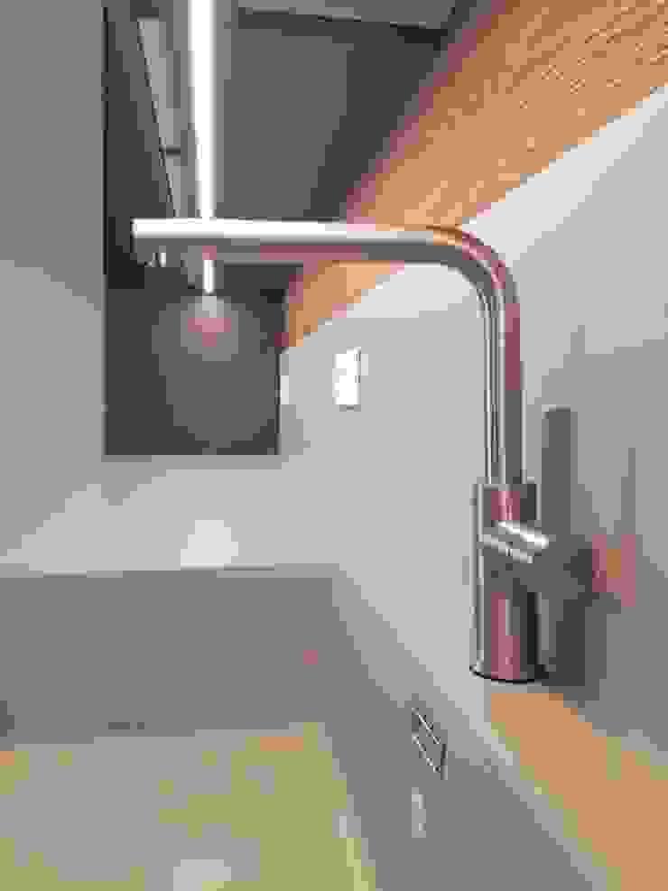 Lavandino e rubinetto di ARREDAMENTI PIVA Moderno
