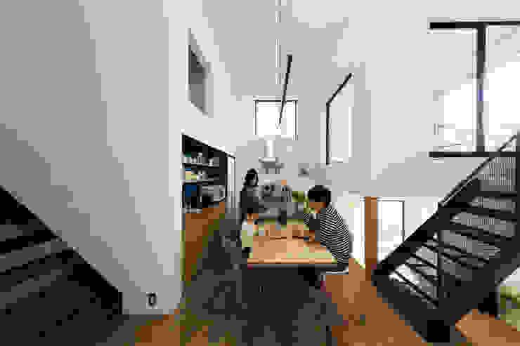 四つ角の家 山本嘉寛建築設計事務所 YYAA モダンデザインの ダイニング 木 ブラウン