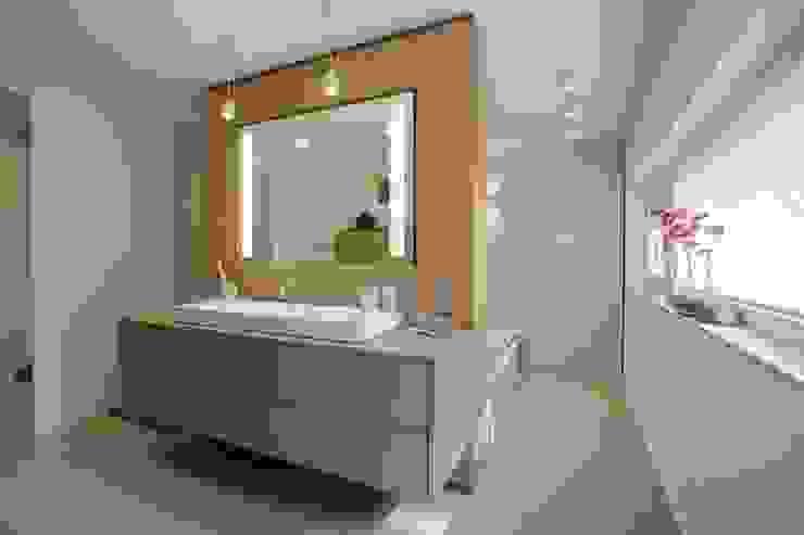 Badezimmer BPLUSARCHITEKTUR Moderne Badezimmer