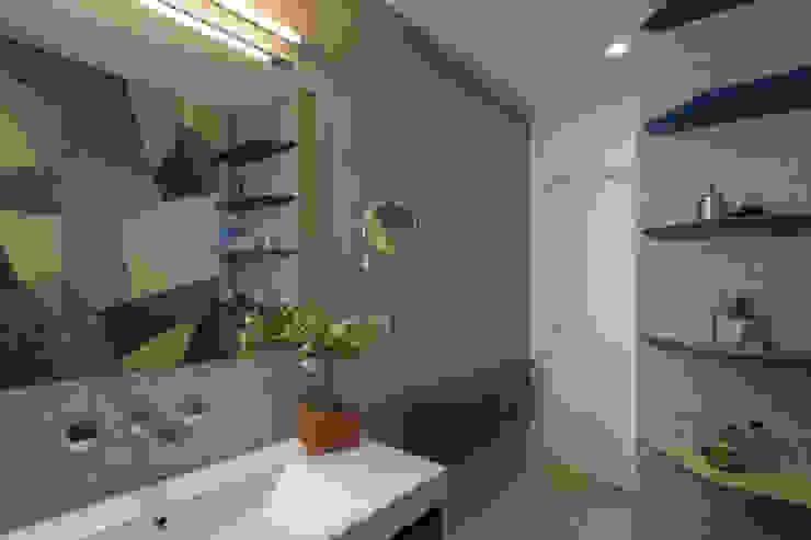 Archifacturing Baños de estilo moderno Cerámico Azul