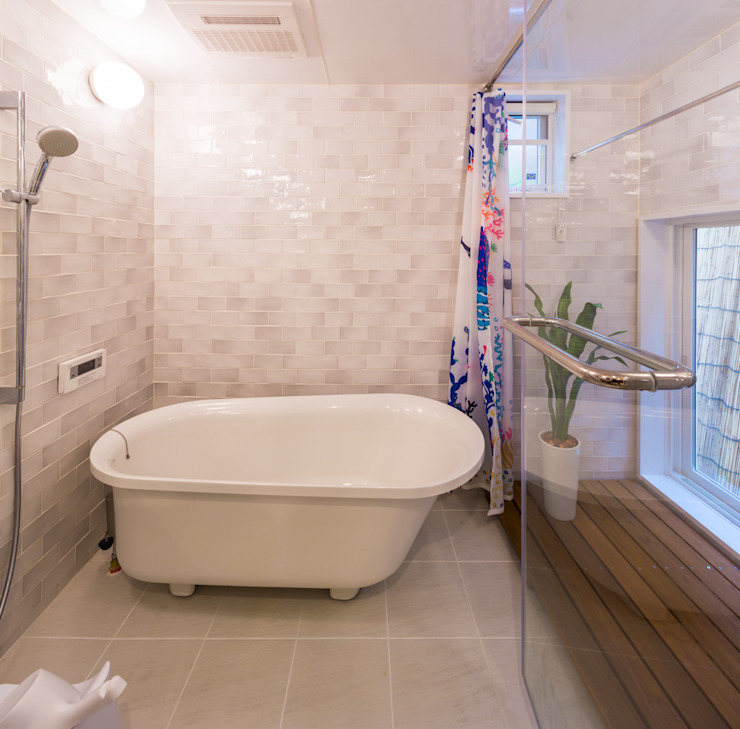 原山Y邸 株式会社アートアーク一級建築士事務所 オリジナルスタイルの お風呂 タイル 白色