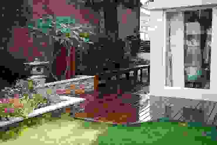 室外庭院的木地板旁設置木製長椅以供休憩 根據 大地工房景觀公司 熱帶風