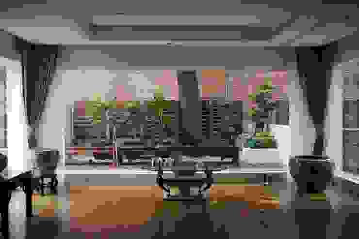 大片的落地窗由內往外望出 根據 大地工房景觀公司 熱帶風