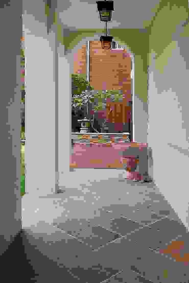 拱形廊道 熱帶式走廊,走廊和樓梯 根據 大地工房景觀公司 熱帶風