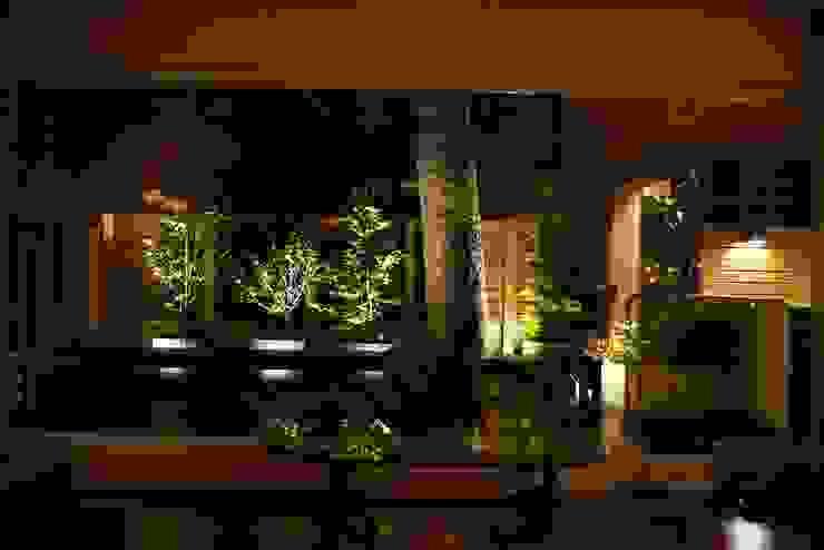 夜晚照明打開更有熱帶島嶼氣氛: 熱帶  by 大地工房景觀公司, 熱帶風