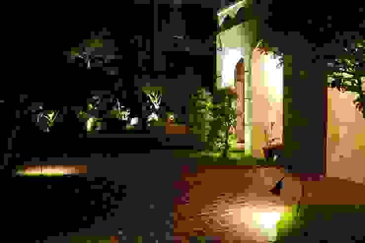 白色屋子搭配紅磚步道與室外的綠意,在夜晚燈光照明下別有風情 根據 大地工房景觀公司 熱帶風