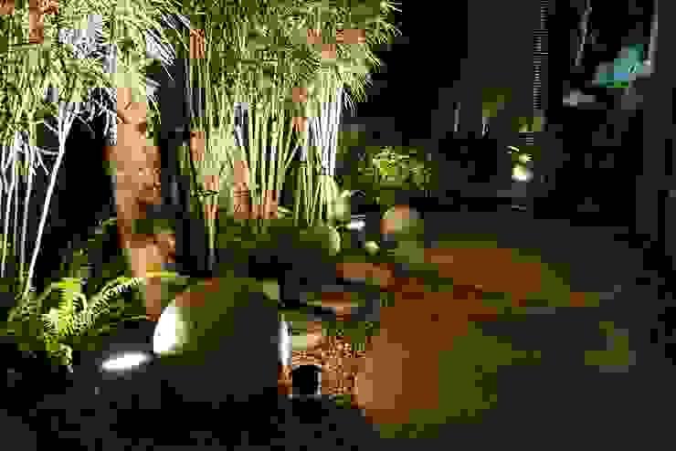 適當的利用石件裝飾也能帶給庭園熱帶島嶼氛圍: 熱帶  by 大地工房景觀公司, 熱帶風