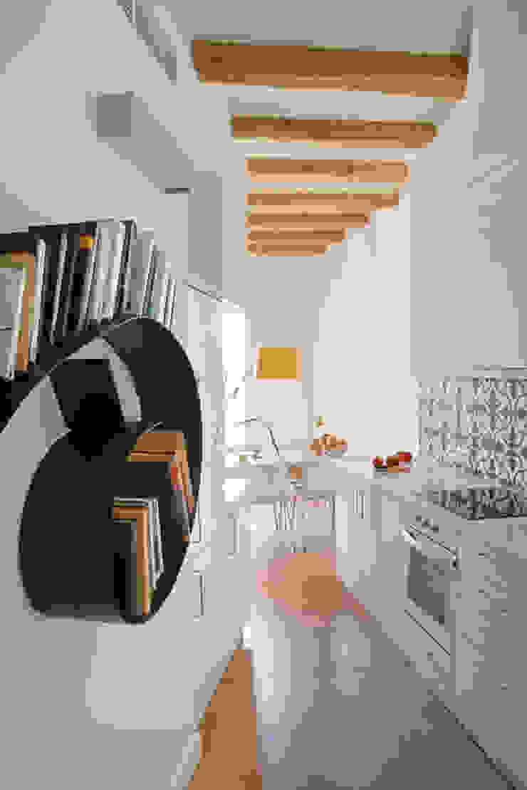 PISO PARLAMENT29 Miel Arquitectos Kitchen units White