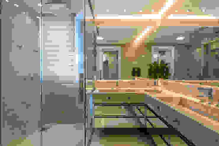 Apartamento Paris: Banheiros  por Designer de Interiores e Paisagista Iara Kílaris,